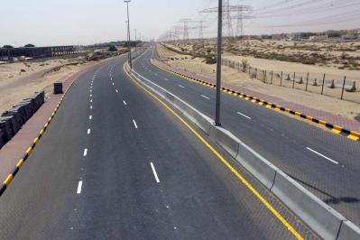Road Parallel to the Emirate of Dubai an[...]